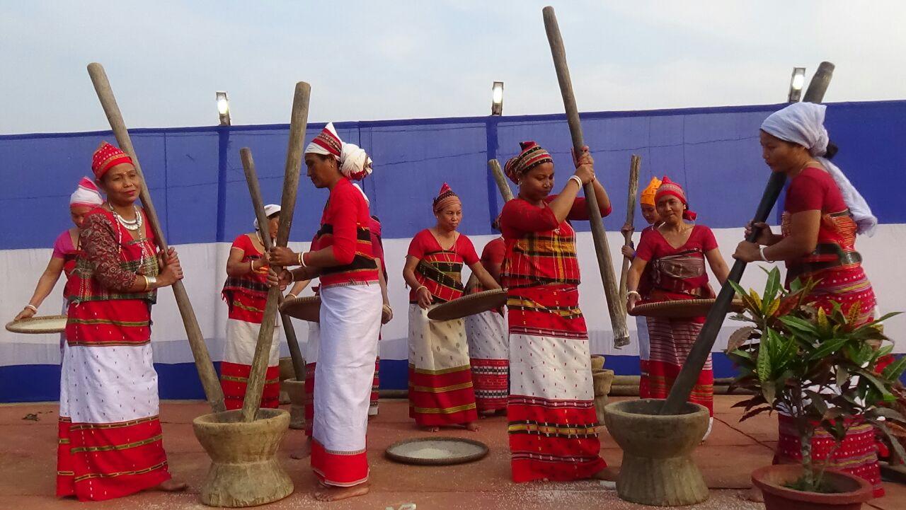 TribalFestival2016/Demonstration of husking Rice during Tribal Festival, 2016, Tripura